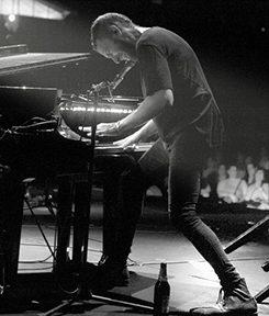 שלומי שבן והפסנתר עם איתמר דוארי (כלי הקשה)